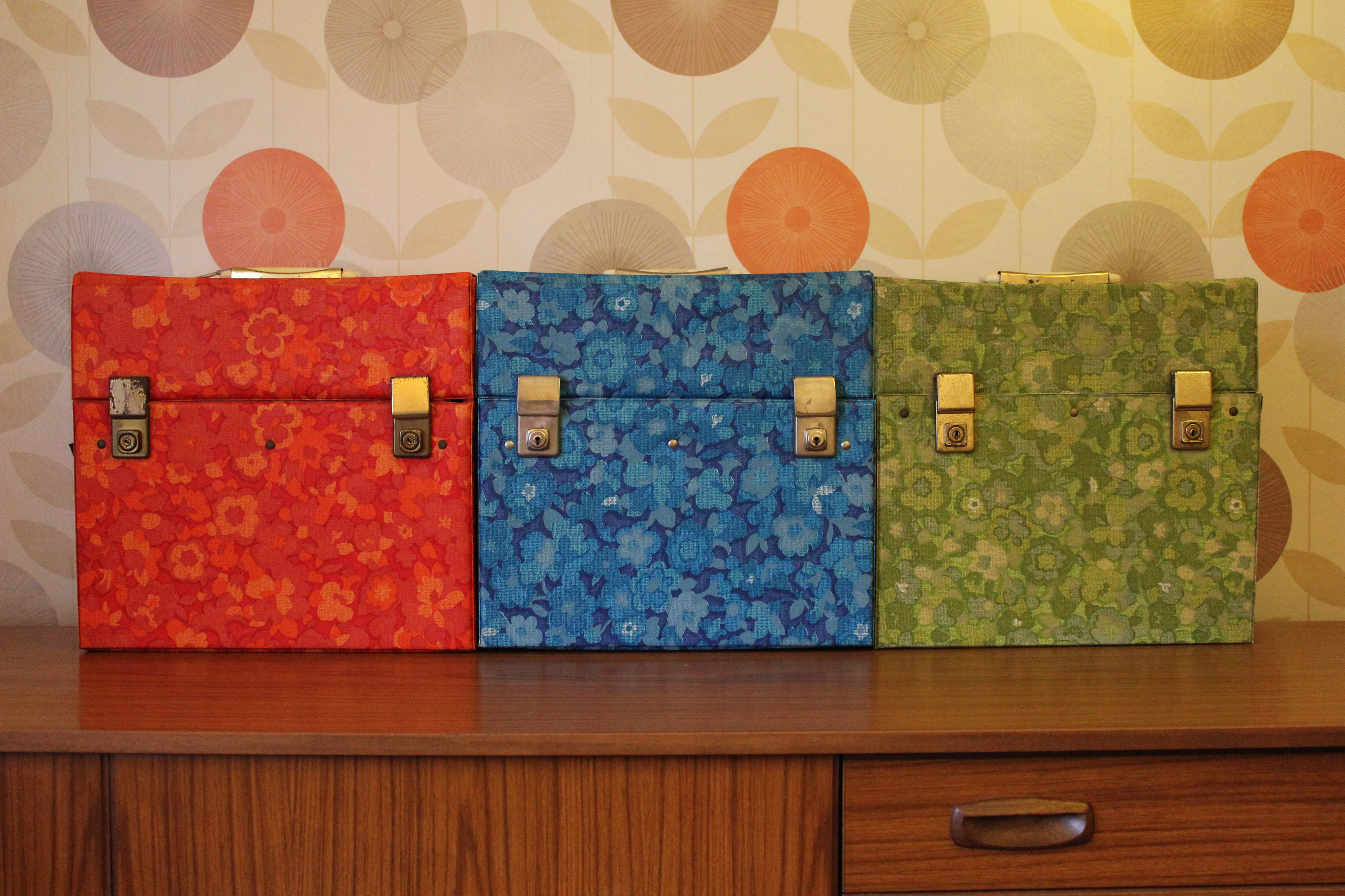 Retro living room interior design record lp storage cases for Retro 60s bedroom ideas